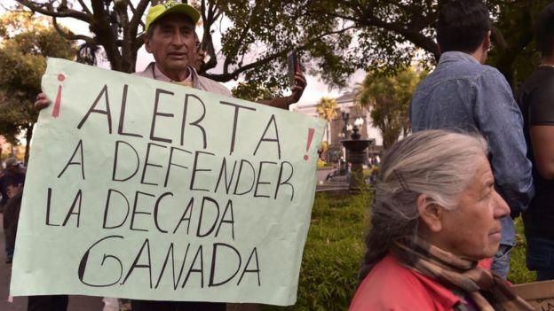 Hombre con cartel que dice: