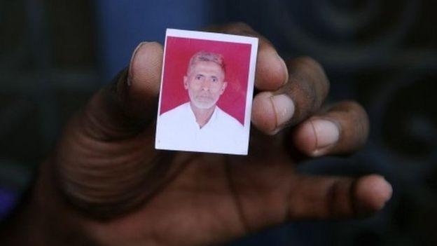 Bir akrabası, öldürülmüş Hintli köylü Muhammed Akhak'ın evinde Bisada köyünde bir fotoğraf tuttu;