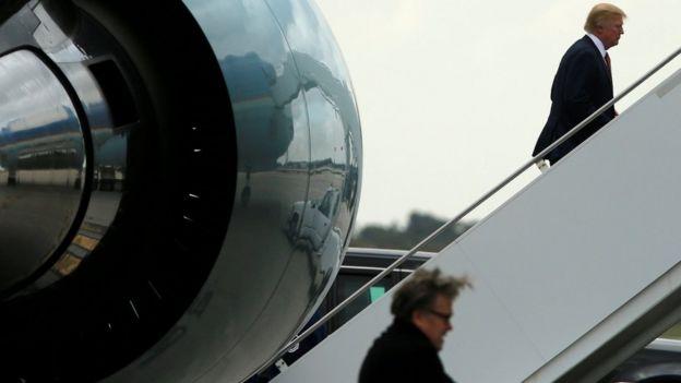 Бэннон и Трамп у самолета