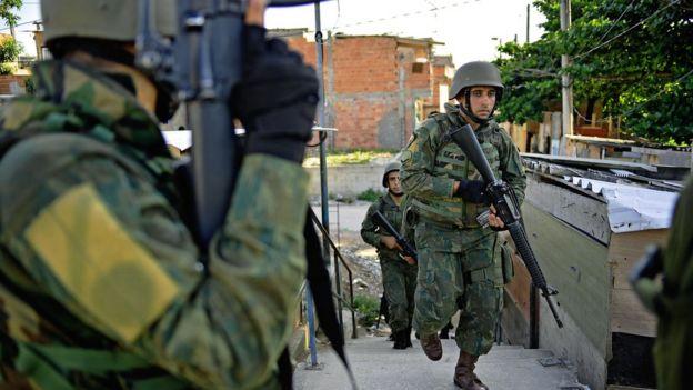 Militares brasileños desplegados en una favela.