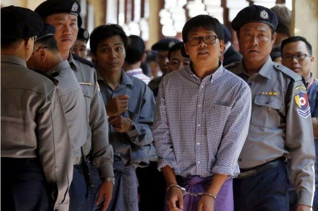 Kyaw Soe Oo (ortada solda) ve Wa Lone (ortada sağda) Aralık ayında gözaltına alınmıştı