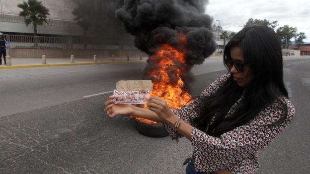 Una mujer protesta en tegucigalpa contra el gobierno de Hernández.