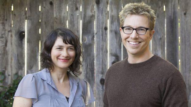 Lydia Daniller y Rob Perkins.