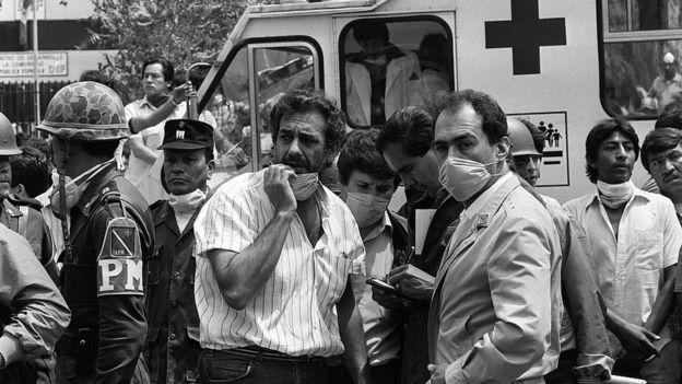 El tenor Plácido Domingo atendió a los trabajos de rescate después del terremoto de 1985.