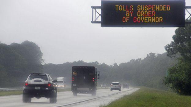 Carretera en Orlando, Florida, bajo fuertes tormentas por el huracán Irma