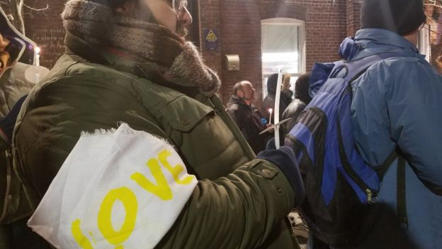 """Uno de los asistentes a la vigilia con un brazalete con la palabra """"amor""""."""