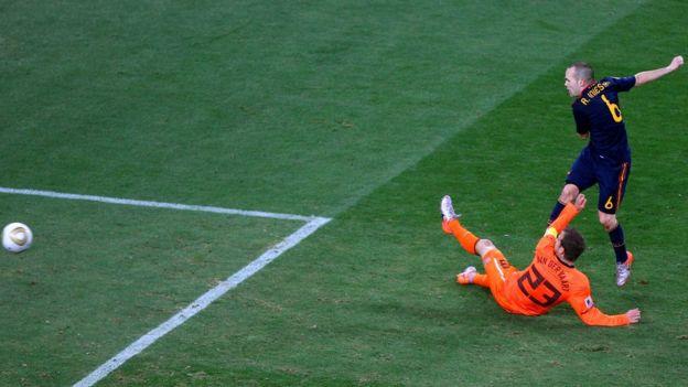 Andrés Iniesta marca el gol de la victoria en Sudáfrica