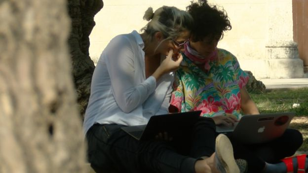 Del Río (der.) y Fernández en una plaza de La Habana