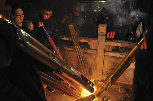 市民來到寺廟,燒新年頭香祈福