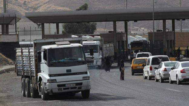 File photo showing lorries waiting in line to pass through the Habur border gate near Silopi, Turkey (25 September 2017)