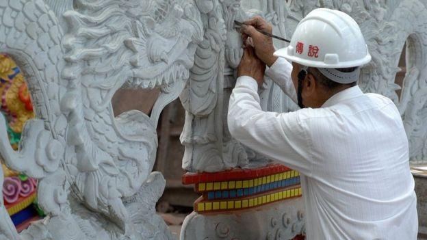 林復準親手製作每一個新開發的廟。