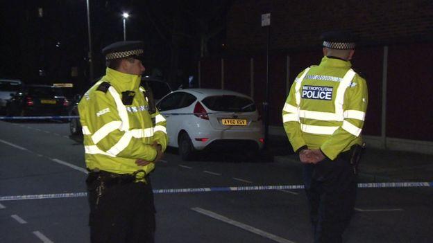 Polícia isolando o local