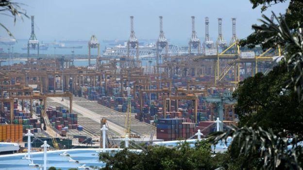Contenedores de mercancías en el puerto de Singapur.