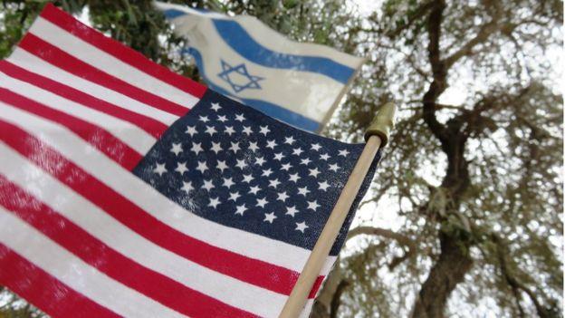 Bandeiras dos Estados Unidos e de Israel hasteadas