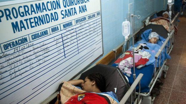 Mujeres en el pasillo de un hospital
