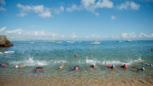 Peixinho dá aula no Porto da Barra, nas águas cristalinas da Baía de Todos os Santos