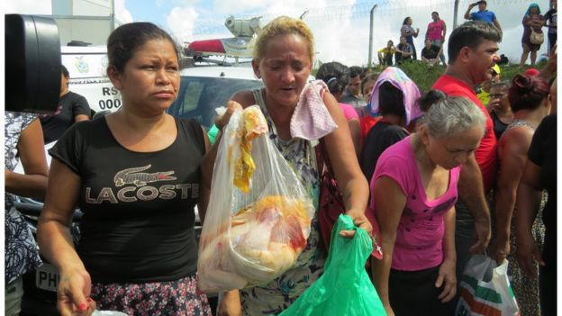 Foto 53: Mulher mostra alimento que ela quer levar a preso no Compaj