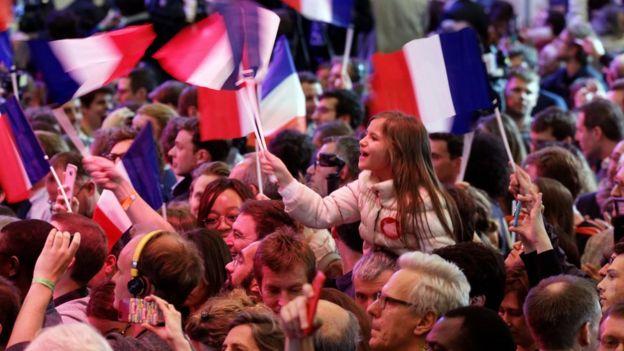 Đám đông ủng hộ