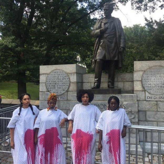 Protesta frente a la estatua de James Sims en Central Park