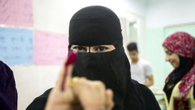 Una mujer en un centro de votación de El Cairo.