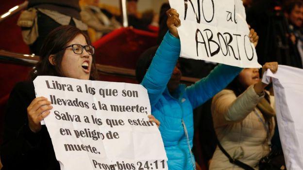 Durante la sesión de la Cámara de Diputados un grupo de mujeres protestó en contra de la ley.