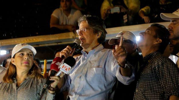 Guillermo Lasso en una concentración opositora en Guayaquil