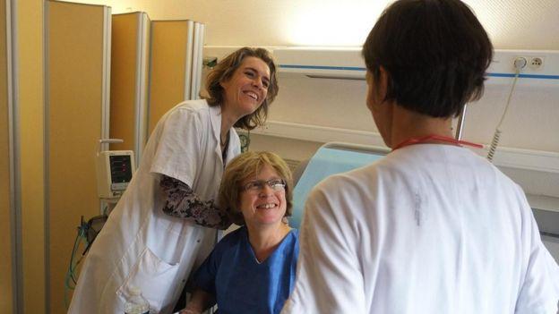 Personas atendiendo a un paciente en un hospital