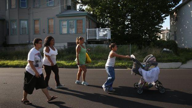 Una familia pasea junto a un bebé en Atlantic City.