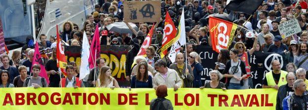 Yalnızca bir yıl önce Fransız kentlerinin sokakları, çalışma yasalarının değişmesine karşı çıkanlarla dolmuştu