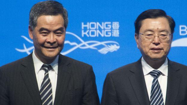 张德江(图右)与香港特首梁振英(图左)出席一带一路高峰论坛开幕。
