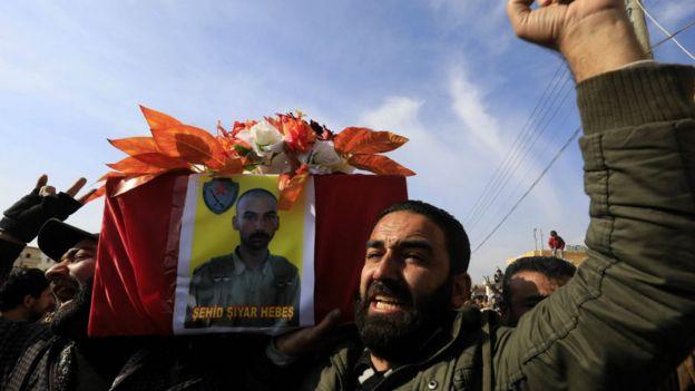 مراسم تشییع جنازه یکی از نیروهای یگان مدافعان خلق که در جریان حمله ترکیه کشته شده امروز در عفرین برگزار شد