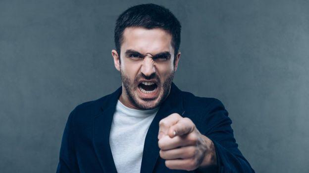 Hombre enfadado apuntando con el dedo
