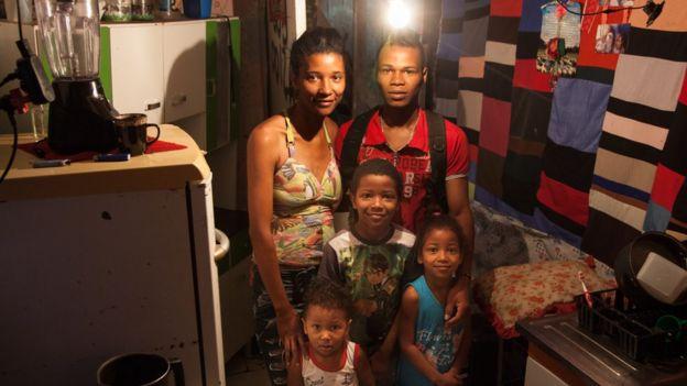 Reginaldo, sua mulher e os três filhos em Paraisópolis
