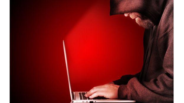 Imagem mostra homem usando notebook