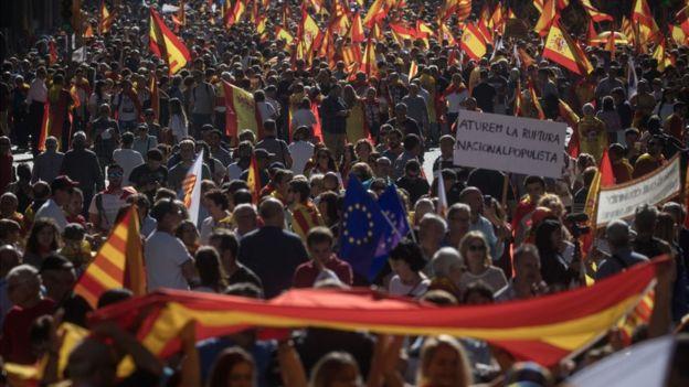 กลุ่มผู้คัดค้านการแยกตัวเป็นอิสระของคาตาลูญญาหลายพันคน เดินขบวนในนครบาร์เซโลนาเมื่อวันที่ 8 ต.ค.