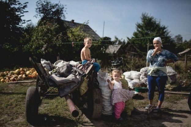 Ukrayna, Çernobıl, tərk edilmiş kəndin sakinləri müavinət alırlar