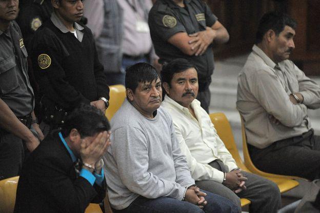 De izquierda a derecha, los exmilitares Carlos Antonio Carias López, Daniel Martínez Martínez, Reyes Collin Gualip y Manuel Pop Sun, durante el juicio en su contra por la masacre de Dos Erres el 1 de agosto de 2011.