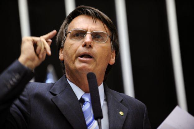 Retrato de Jair Bolsonaro na tribuna