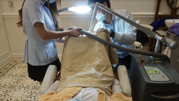 Homem em sala de hospital