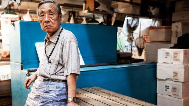 رجل مسن وهو يمارس عمله في اليابان