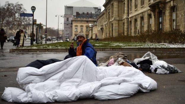 متشرد في أحد شوارع باريس