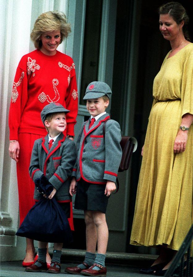 Принц Уильям (справа) и принц Гарри с мамой, принцессой Дианой (на фото - слева)