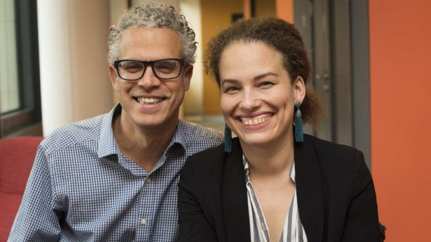 Omar Wasow y su mujer Jennifer Brea sonrientes