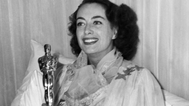 Joan Crawford con su premio Oscar
