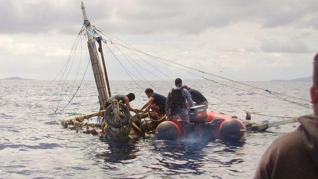 Guarda Costera de Filipinas inspecciona un barco en zozobra en el que los pescadores fueron asesinados por supuestos piratas