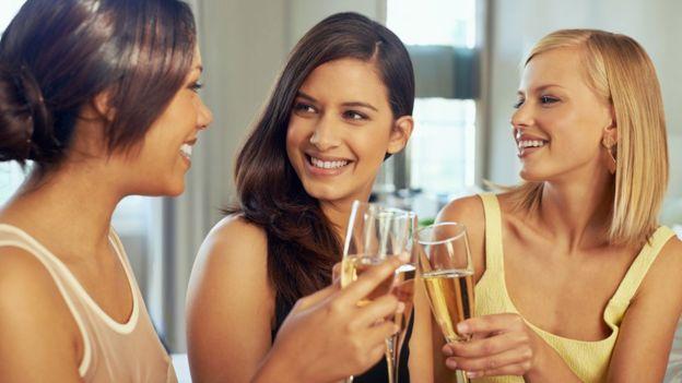 Mujeres bebiendo champagne