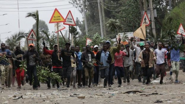 Wafuasi wa upinzani wakiandana mtaa wa Mathare Nairobi
