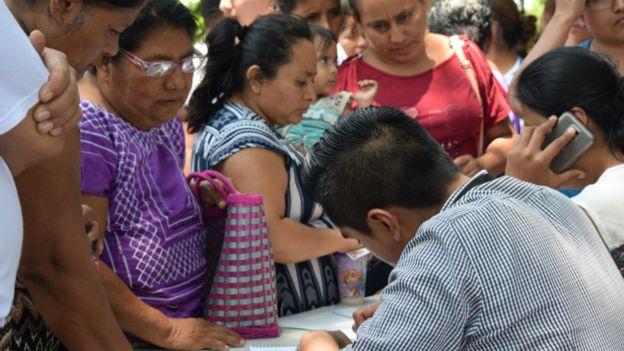 Habitantes de Juchitán frente a mesa donde se registran daños