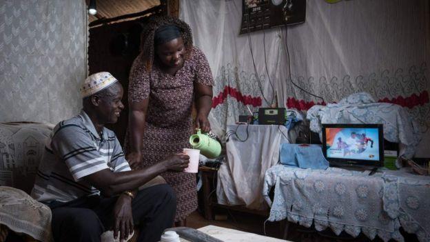 Interior de casa em Ruanda