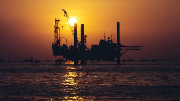 Pozo de petróleo en el mar